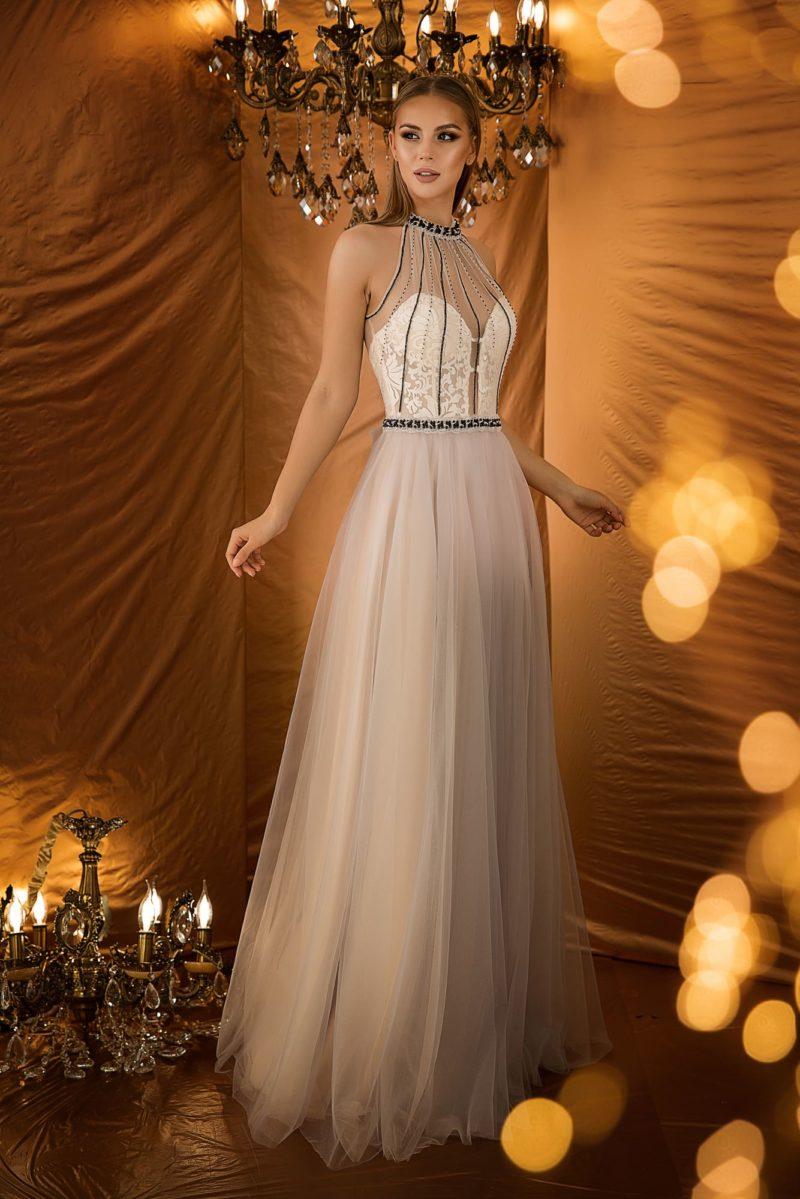 Светлое вечернее платье с приталенным силуэтом без рукавов