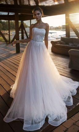 свадебное платье с открытым верхом и пышным низом