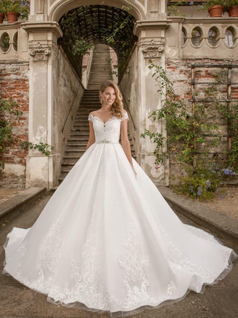 свадебное платье с имитацией спущенной линии плеч