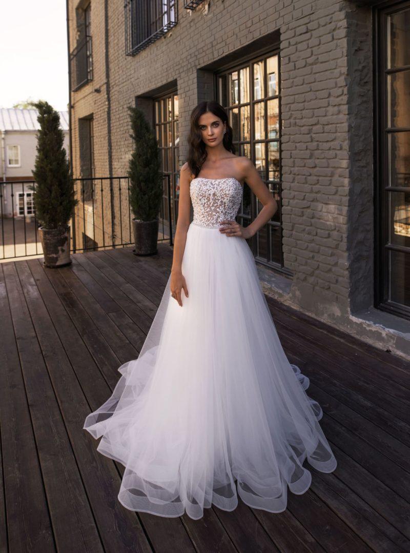 свадебное платье с плотным корсетом, усыпанным бисером и жемчужинками