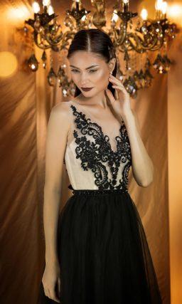 Стильное вечернее платье с приталенным силуэтом