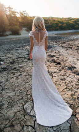 Кружевное платье с разрезом