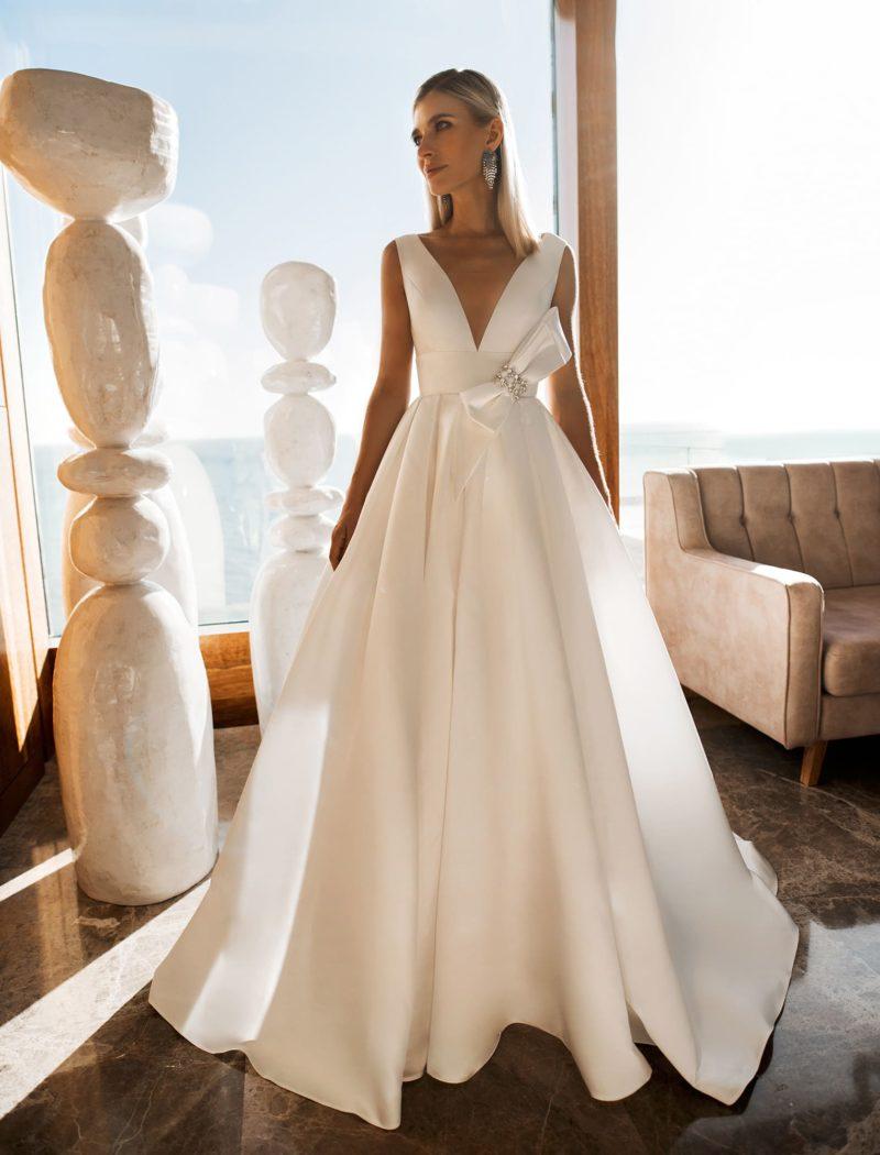 Прелестное свадебное платье с V-образным вырезом