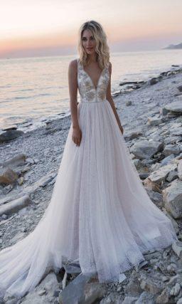 свадебное платье с богатым декором корсета