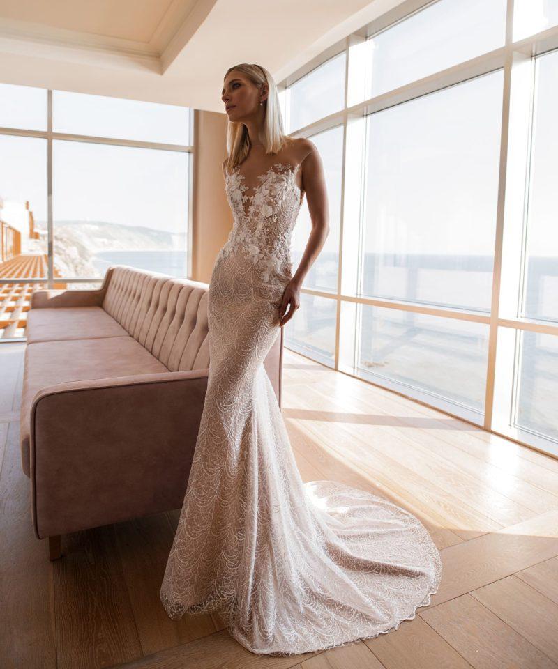 Стильное свадебное платье с утонченным «русалочьим» силуэтом