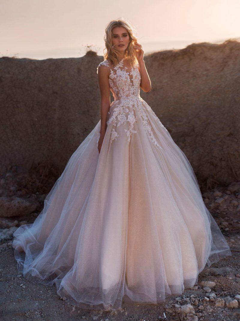 свадебное платье цвета утренней зари с пышной многослойной юбкой