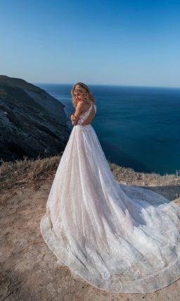 свадебное платье с приталенным силуэтом бледно розового оттенка