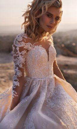 Цветное свадебное платье со шлейфом