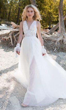 Нежное свадебное платье с V-образным декольте