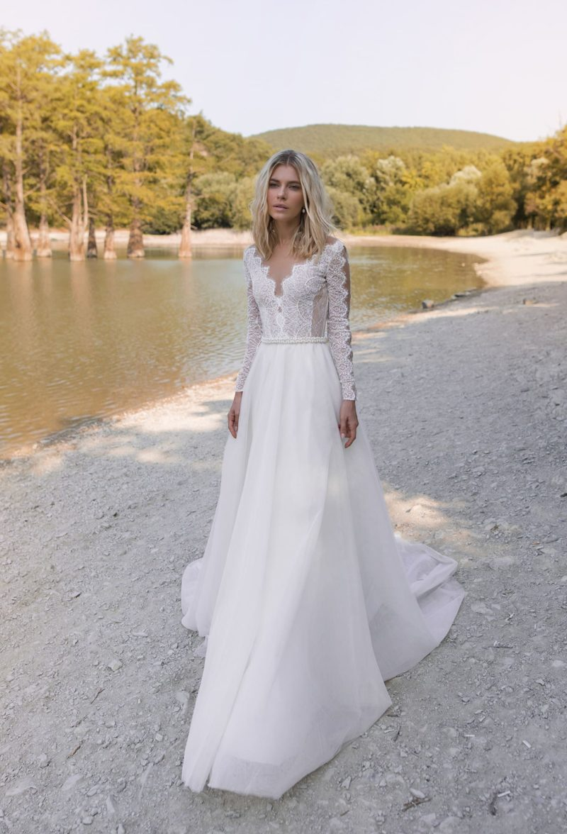 красивое свадебное платье с кружевными длинными рукавами