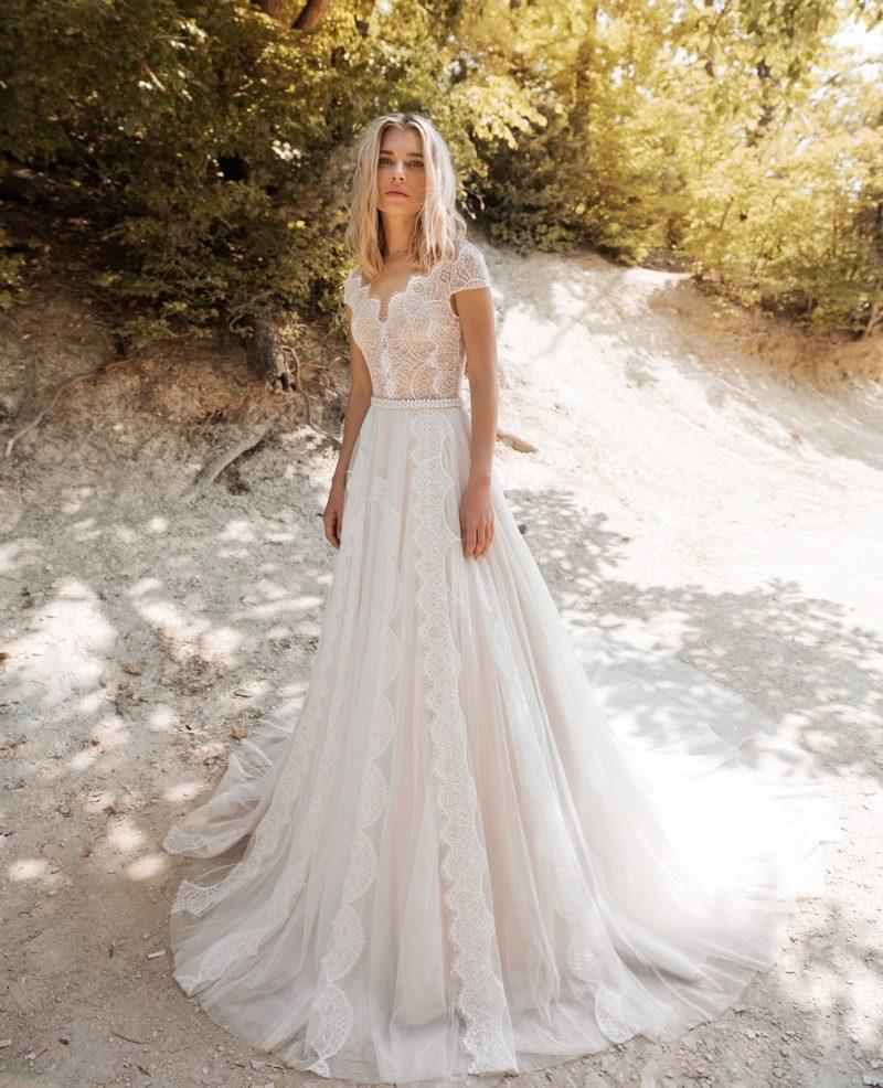 свадебное платье с изящным гипюровым корсетом и ажурным декольте