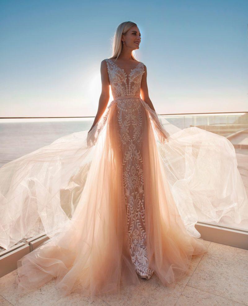 свадебное платье, выполненное в стильном оттенке пудра