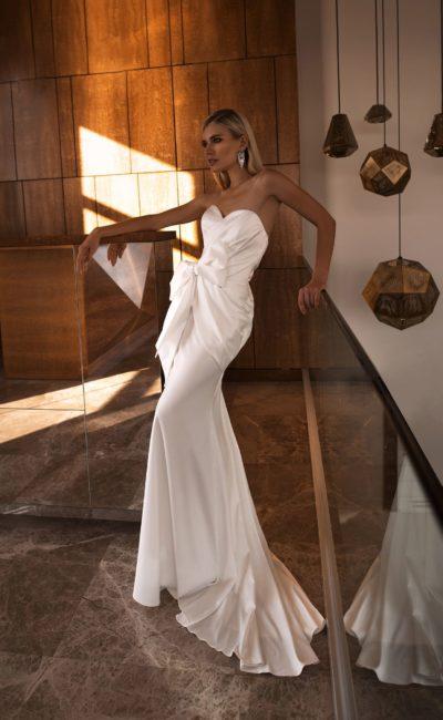 Атласное свадебное платье с открытым верхом