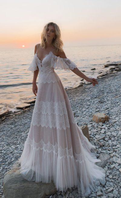 свадебное платье в пудровом оттенке с элементами белого кружева
