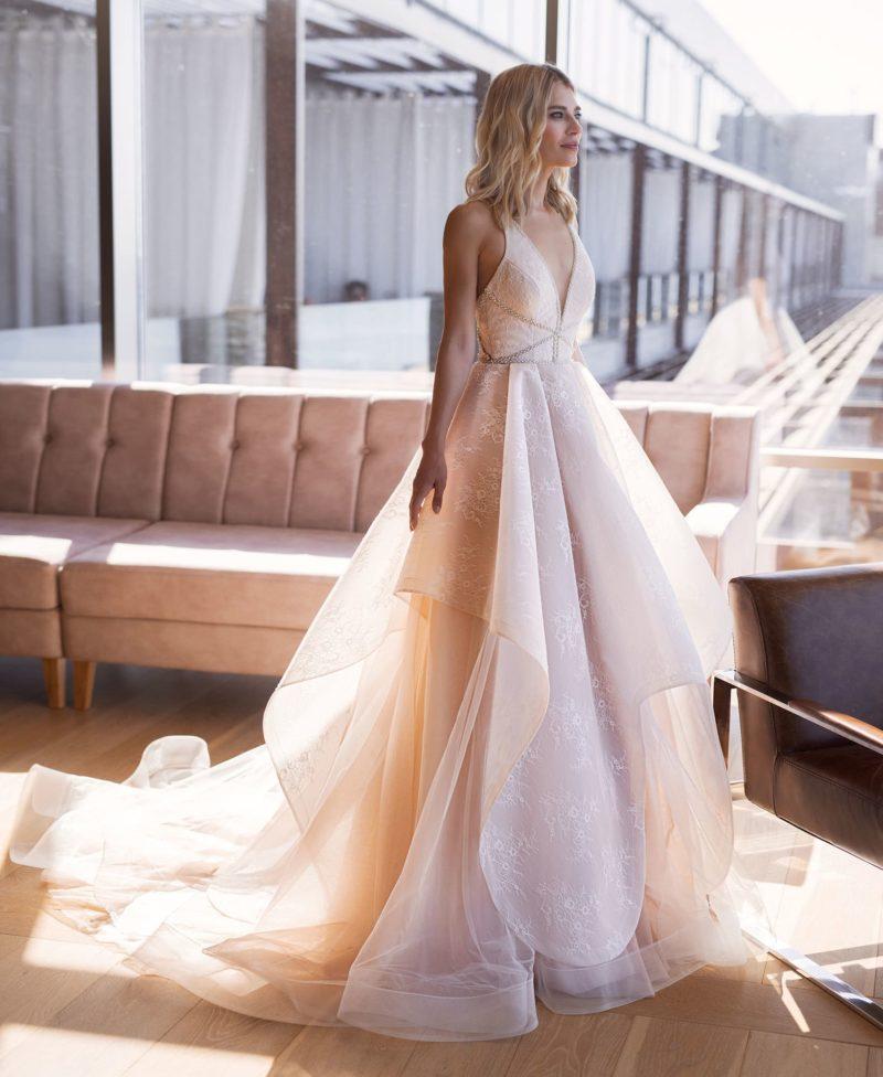 свадебное платье с необычной многоуровневой пышной юбкой с воланами и шлейфом