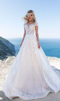 свадебное платье с женственным силуэтом и коротким рукавом
