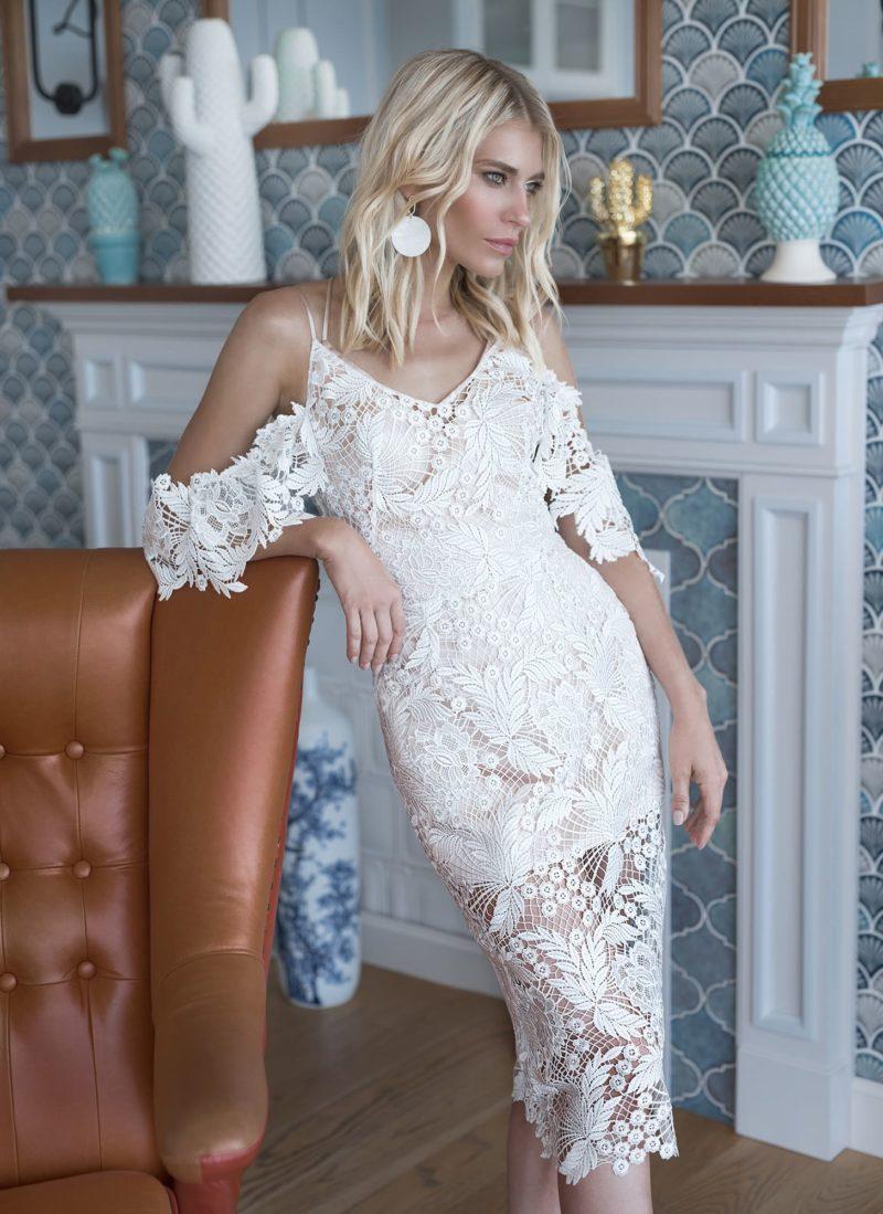 Легкое свадебное платье миди из ажурного кружева