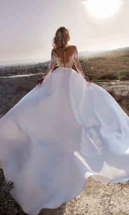 свадебное платье с закрытым верхом и шелковой длинной юбкой