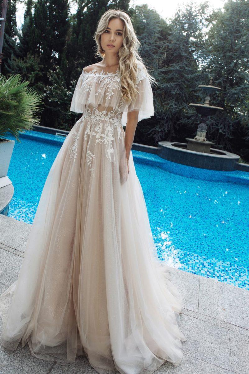 Утонченное приталенное платье оттенка капучино