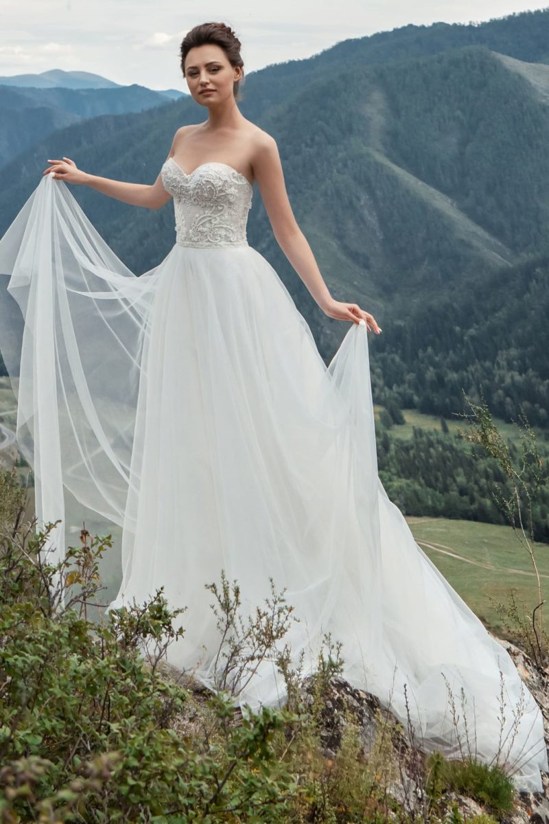 Открытое платье-бюстье с легкой шифоновой юбкой