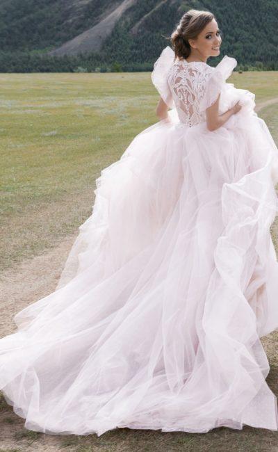 Закрытое пышное платье в розово-пудровом оттенке