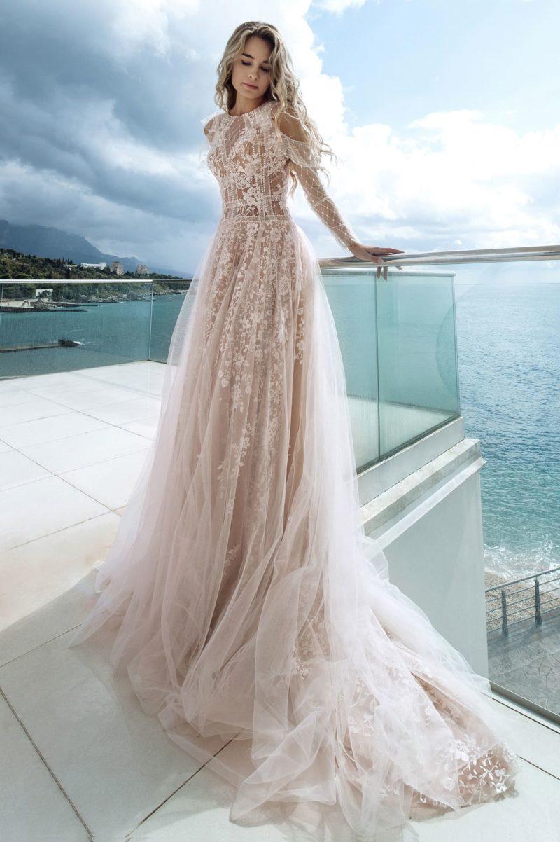 изысканное приталенное платье цвета капучино
