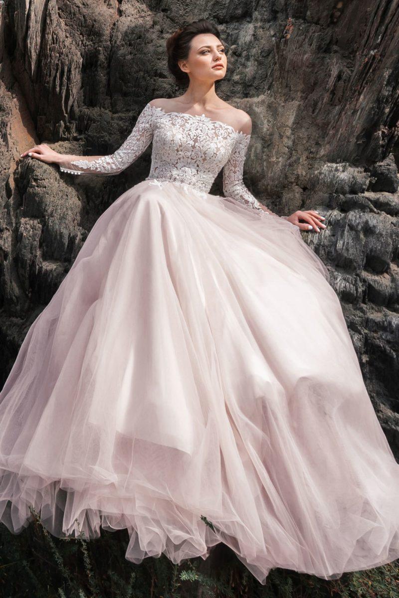 классическое платье пудрового оттенка с длинными рукавами