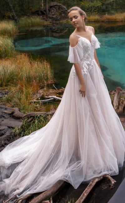 Изящное открытое платье в пудровом оттенке