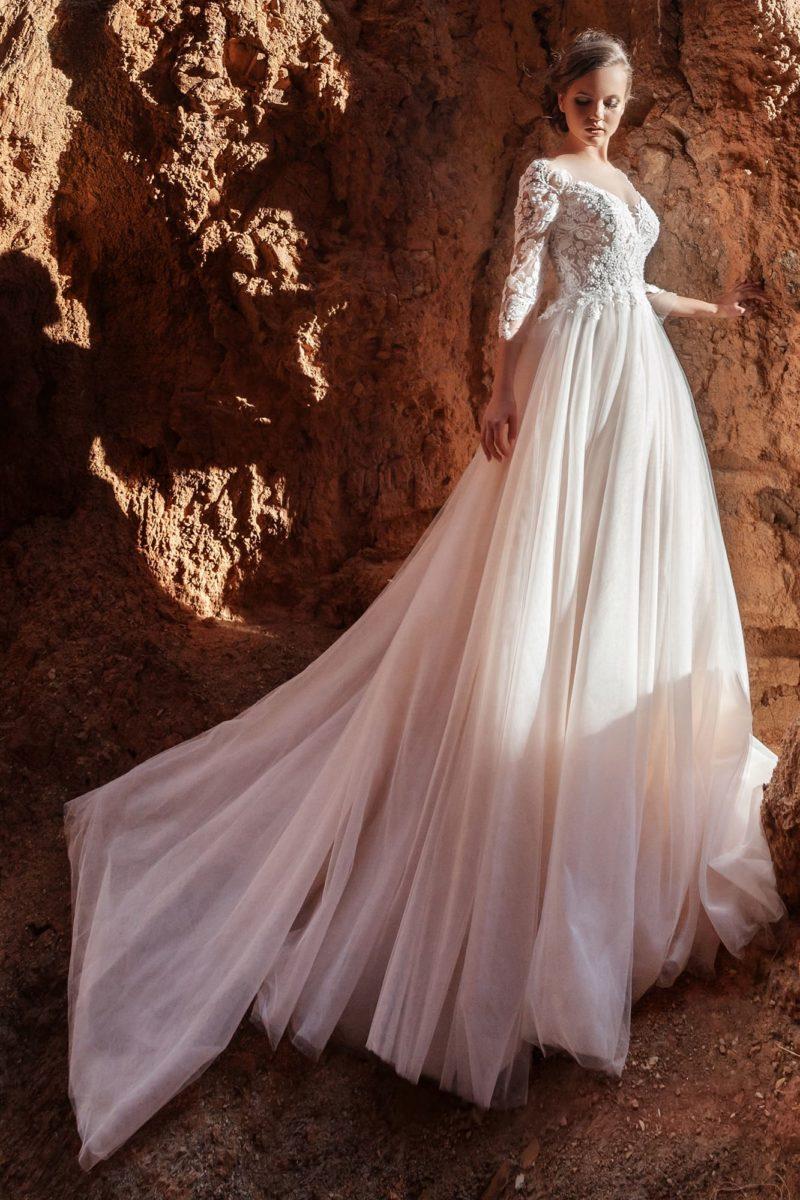 Платье классического кроя с пышной юбкой
