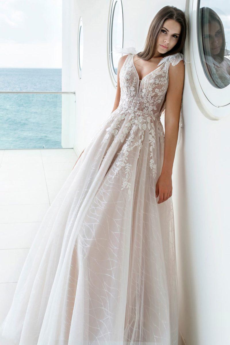 Соблазнительное платье А-силуэта с открытой спиной