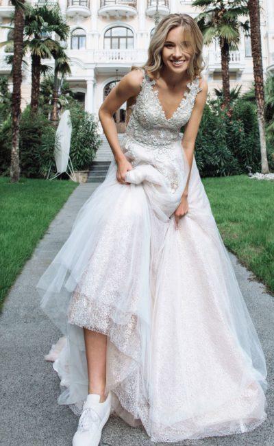 Стильное свадебное платье с вырезами на спине