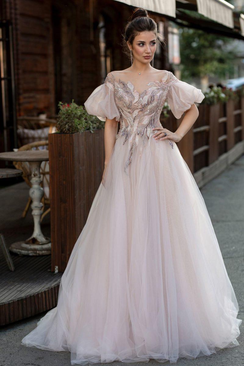 Платье А-силуэта с пышными рукавами