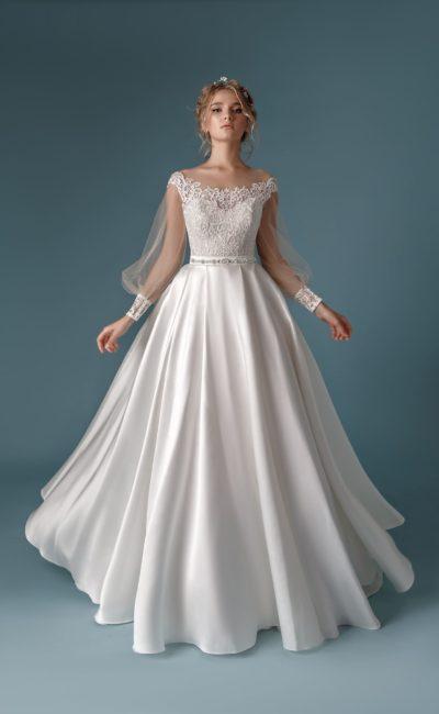 Свадебное платье А-силуэта с кружевным лифом  и портретным декольте