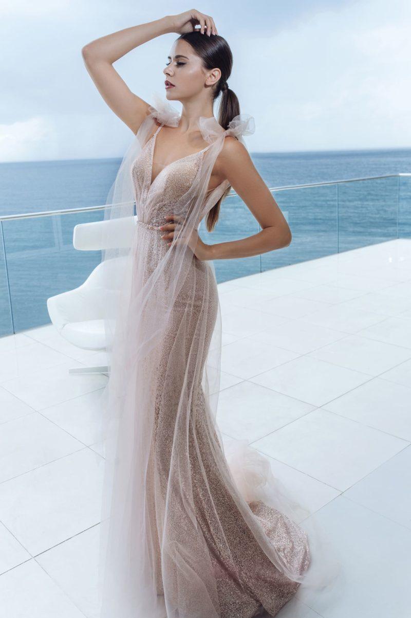 Облегающее платье с переливами блестящей ткани