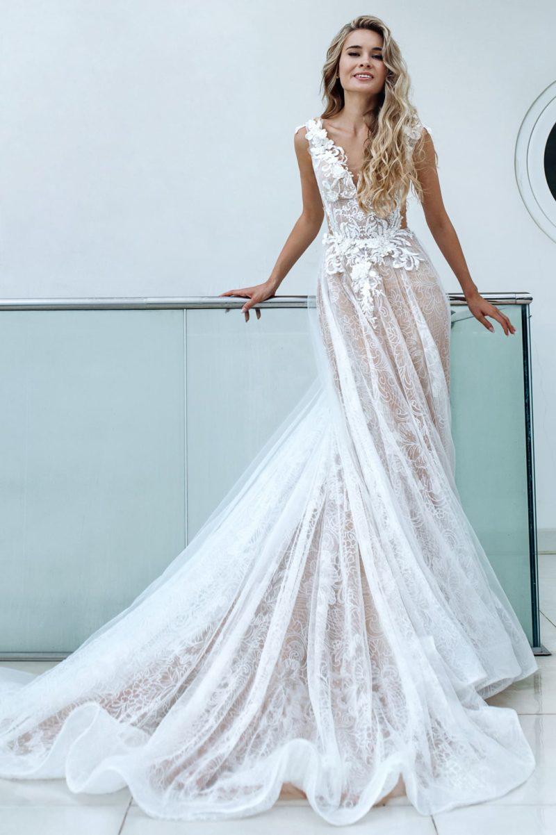 Воздушное кружевное платье с открытой спиной