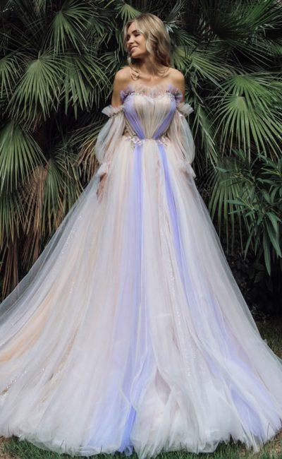 платье с яркими цветными акцентами