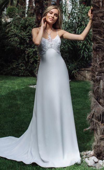 Лаконичное приталенное платье с открытой спиной