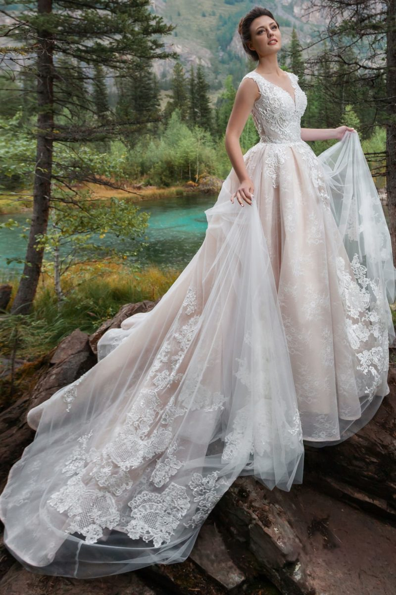 платье цвета капучино с роскошным длинным шлейфом