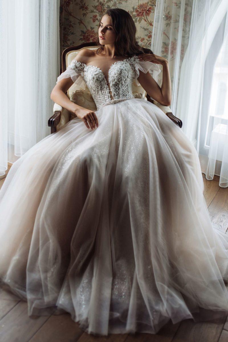 Платье традиционного кроя с неотразимым декором