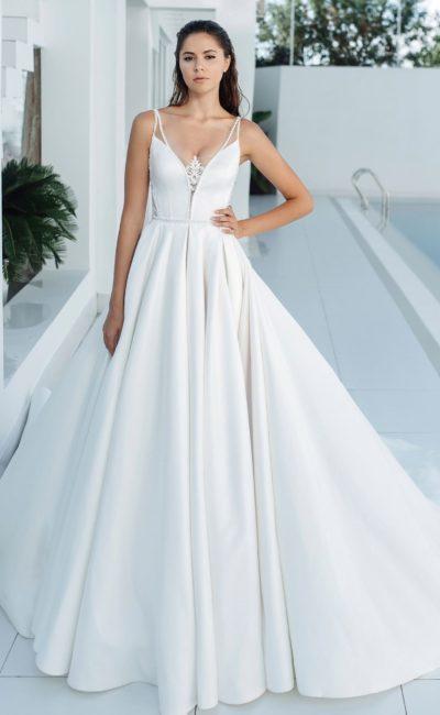 Минималистичное атласное платье А-силуэта