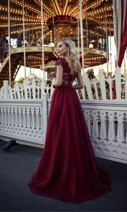 Длинное бордовое платье
