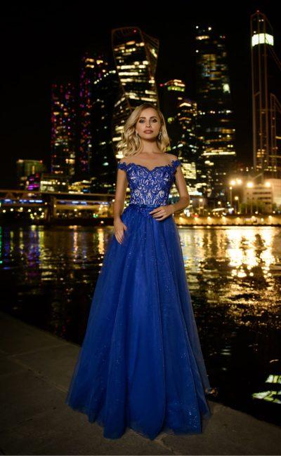 Синее вечернее платье со спущенной линией плеч
