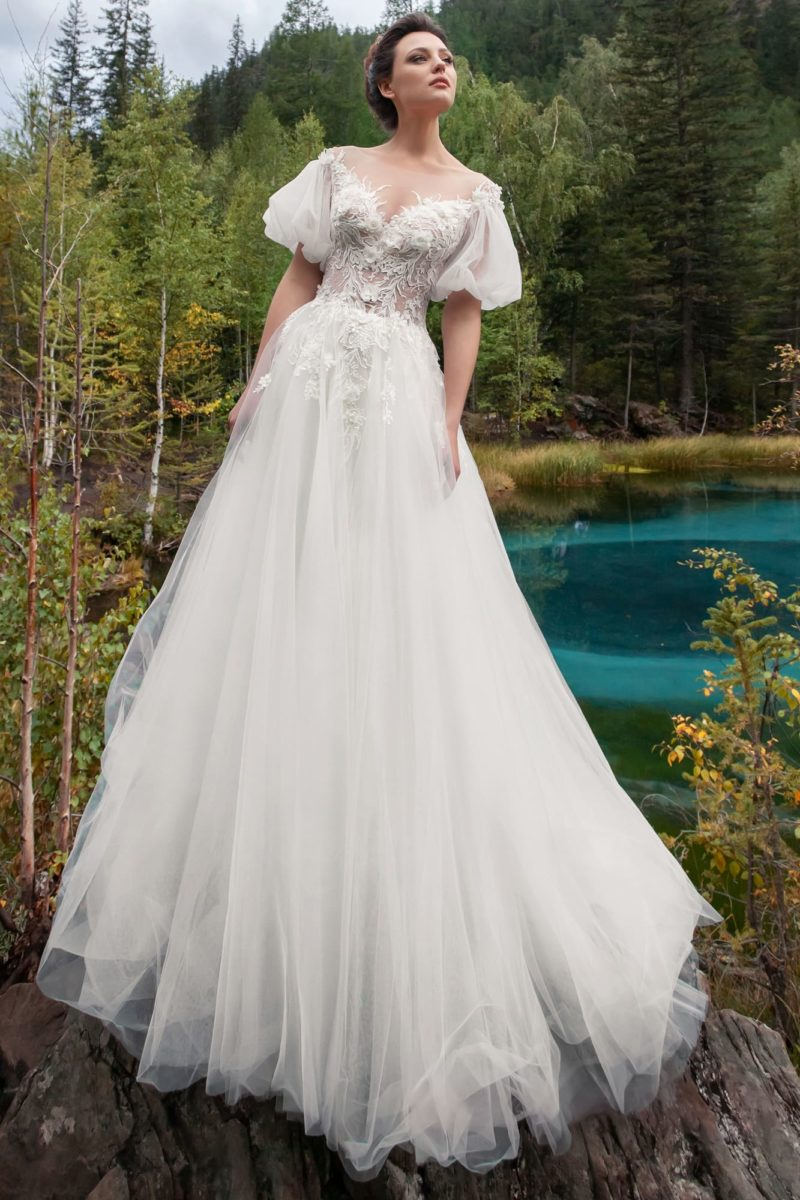 Женственное платье с оригинальными деталями