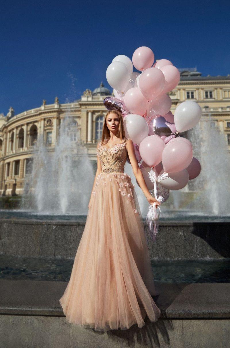 длинное вечернее платье розово-бежевого оттенка