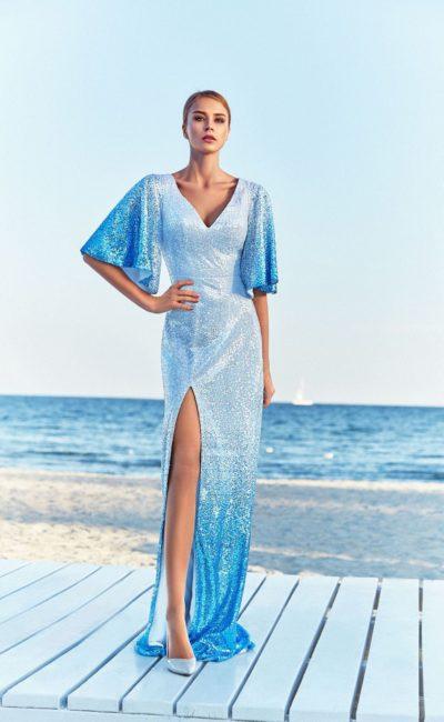 Голубое блестящее платье с широким рукавом