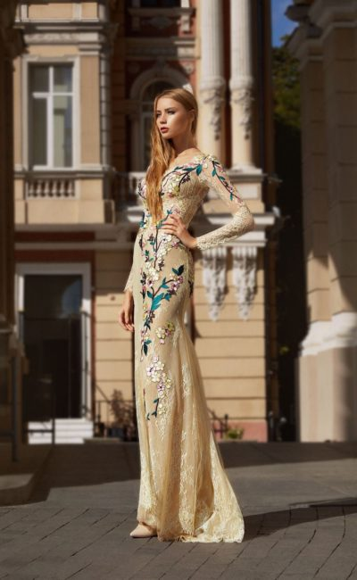 Платье с вышивкой цветами