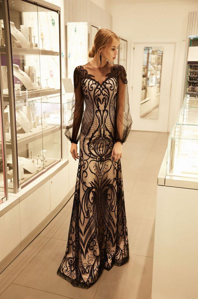 Длинное приталенное платье с лаконичным кроем