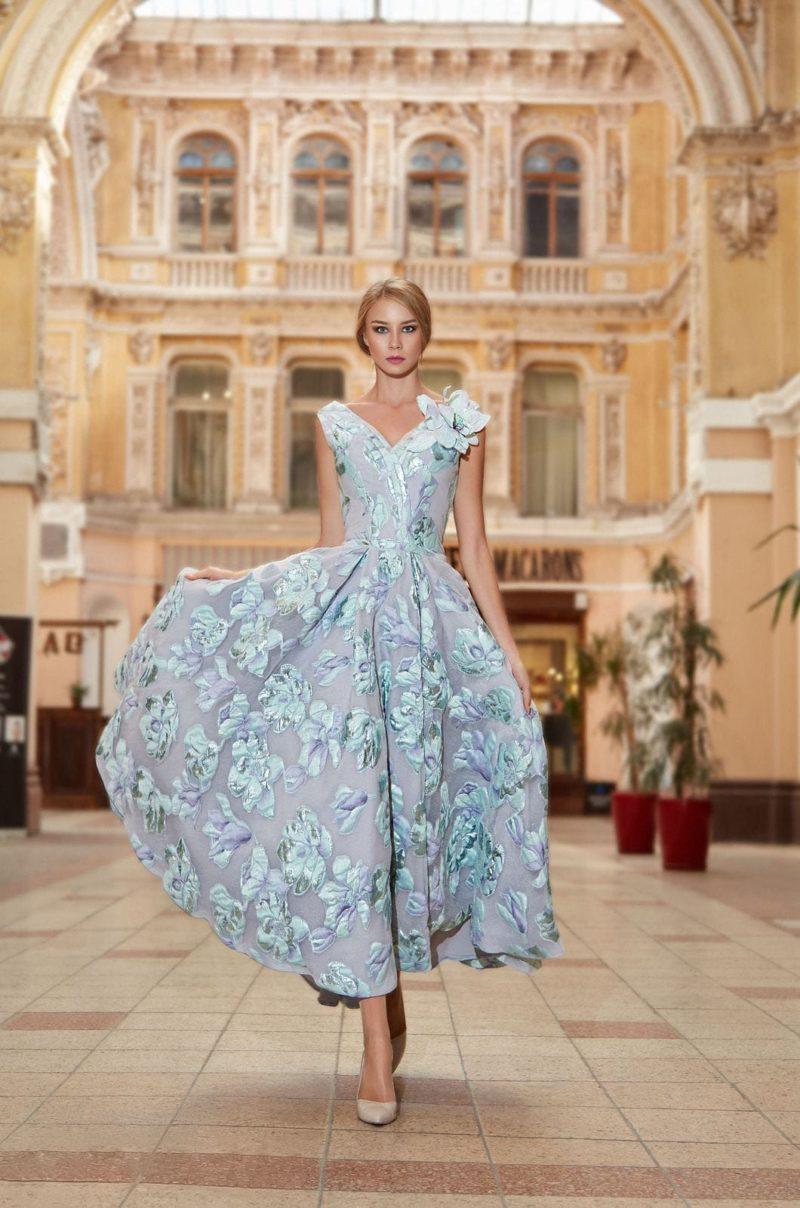Голубое платье с цветами