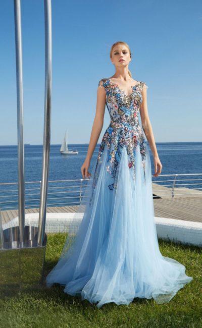 Голубое открытое платье
