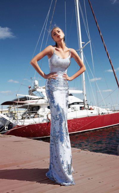 Блестящее облегающее голубое платье